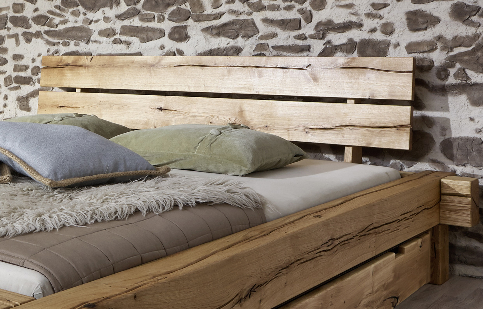 sam balkenbett jonas holzbett mit schubk sten 200x200 cm. Black Bedroom Furniture Sets. Home Design Ideas