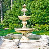 Ein Brunnen der im Garten steht