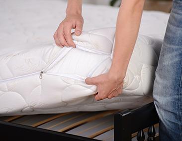 Ein abnehmbarer Bezug macht die Matratze hygienisch