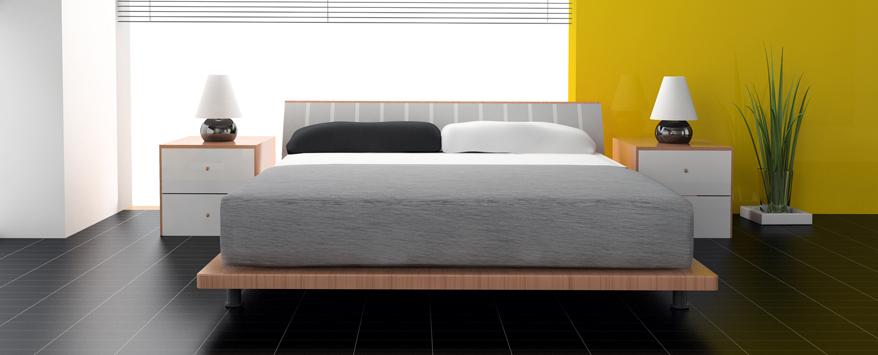 Ein Holzbett in Schwebeoptik verbindet Natürlichkeit mit modernen Design in einem Interieur mit den Trendfarben Grau und Gelb