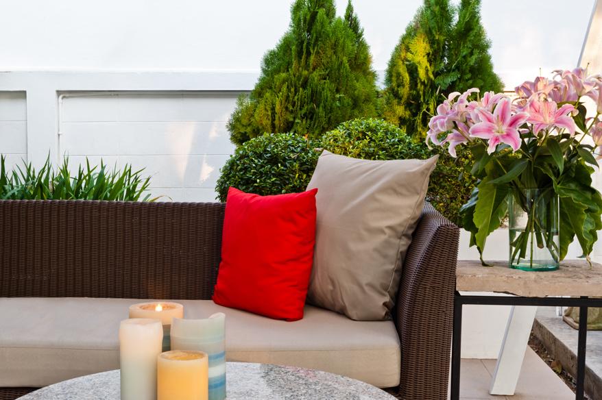 Eine Gartenbank mit Kissen für romantische Stunden zu zweit