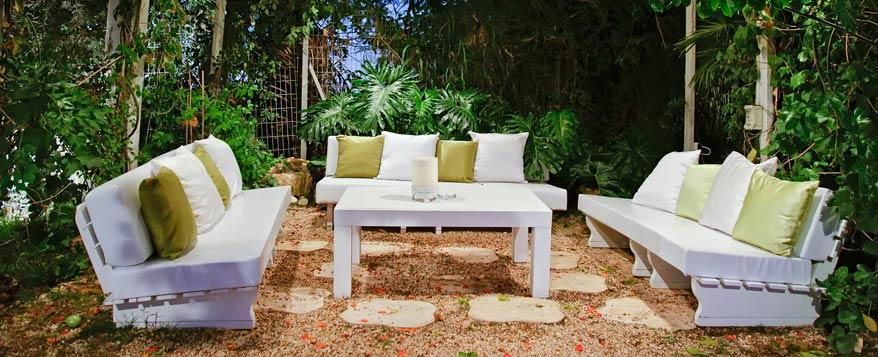 Outdoor polstermöbel und kissen eignen sich auch für den garten und schaffen mit hellen farben