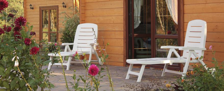 Weiße Gartenmöbel aus Kunststoff sind beliebt und können mit einfachen Mitteln wieder zum Strahlen gebracht werden