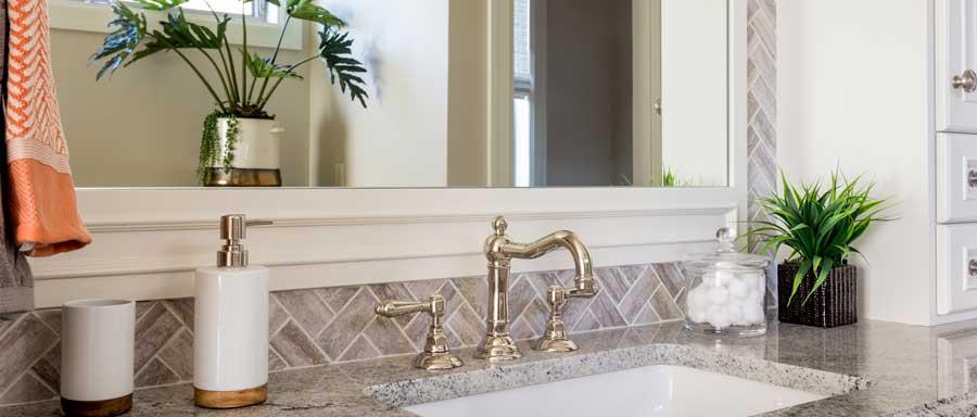 Ein Großer Spiegel, Edle Armaturen, Marmor Und Dekorative Einrichtung  Sorgen Für Ein Badezimmer Mit