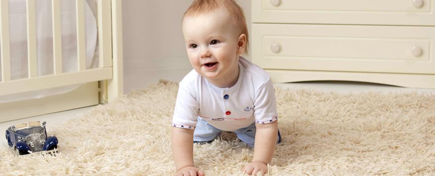 Teppich im Babyzimmer auslegen als weichen Untergrund zum Krabbeln