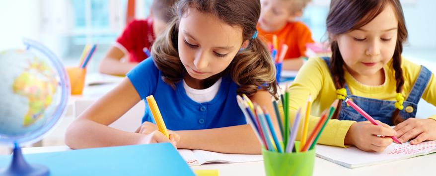 Schreiben lernen mit Stift und Papier: Dabei hilft dem Nachwuchs eine durchdachte Kinderzimmer-Einrichtung