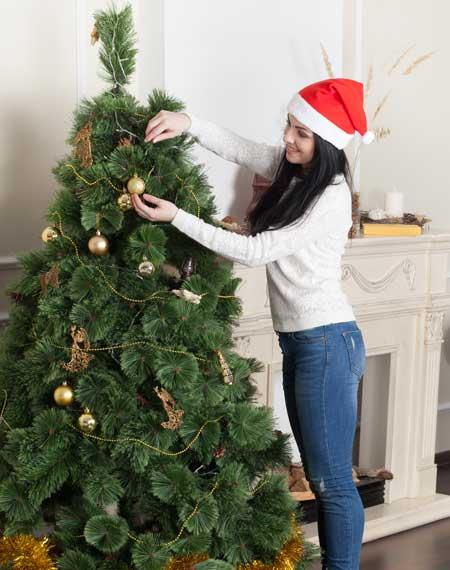 Weihnachtsbaum im wald schmucken