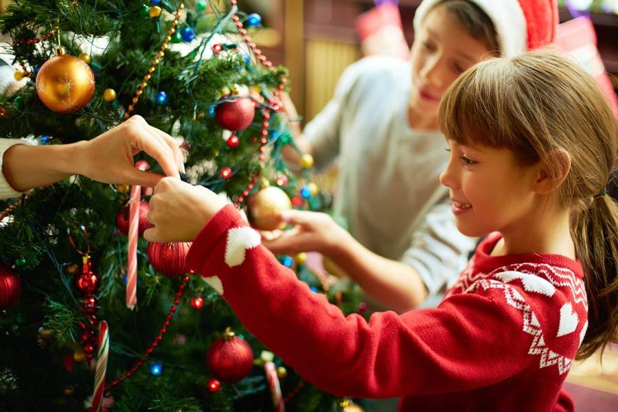 Den Weihnachtsbaum festlich schmücken