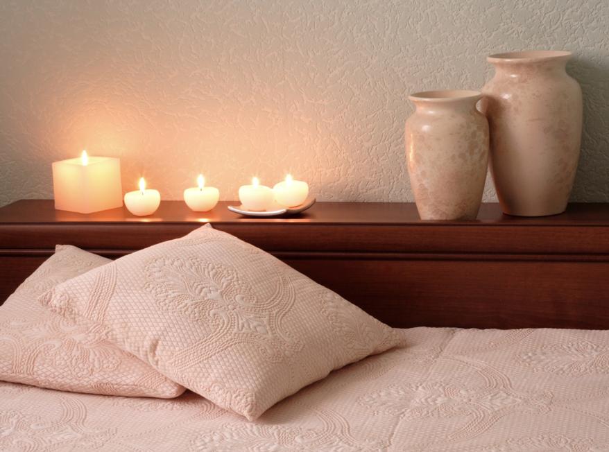 Kerzen Neben Dem Bett Sorgen Für Sanftes Licht Und Romantische Stimmung