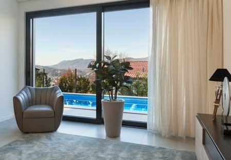 Geöffnete Vorhänge gewähren Zimmerpflanzen auch im Winter genug Licht