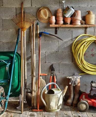 Mit dem richtigen Werkzeug wird die Reparatur des Rasens einfacher
