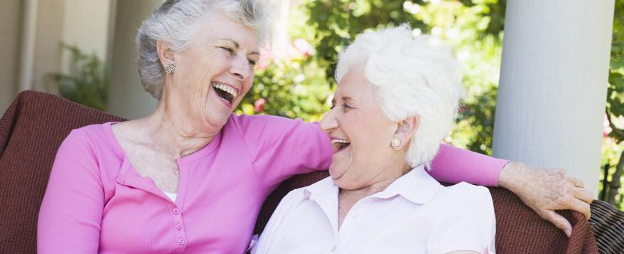 Mit den richtigen Möbeln können ältere Menschen ihren Garten entspannt genießen