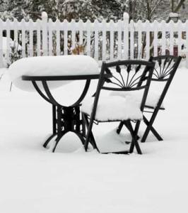 Schnee und Frost setzen Gartenmöbeln zu