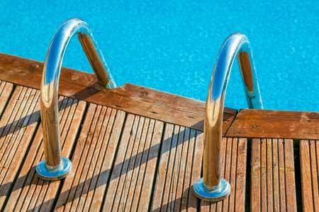 Auch für den Pool ist das resistente Teakholz eine gute Wahl