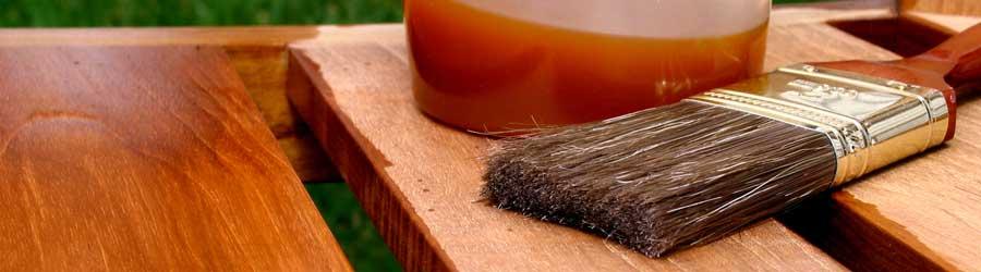 Hochwertiges Teaköl dringt tief ins Holz ein und hilft dessen Schönheit und Wetterbeständigkeit zu erhalten