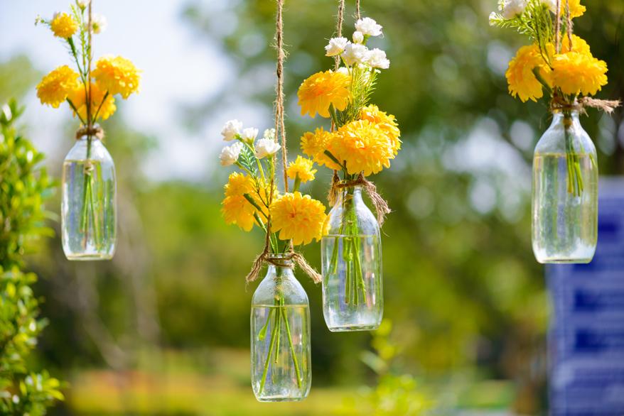 Blumenvasen aus Glas lassen sich effektvoll aufhängen