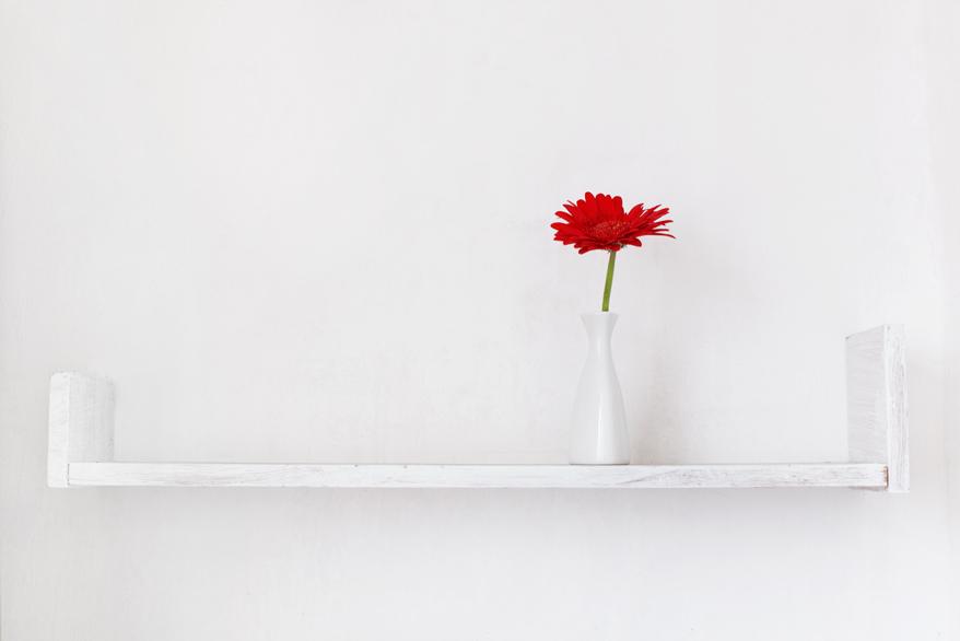 Mit weißer Farbe werden Obstkisten zu tollen Regalen fürs Gartenhaus