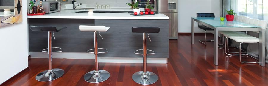 Elegante Drehstühle mit glänzendem Metallfuß sind auch für die Küche geeignet