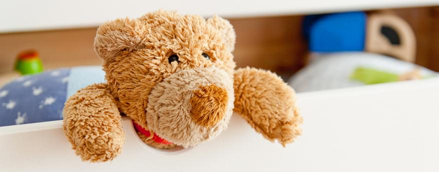Teddy macht's vor: Kindermöbel sollten sicher sein und zum Beispiel vor dem Herausfallen schützen