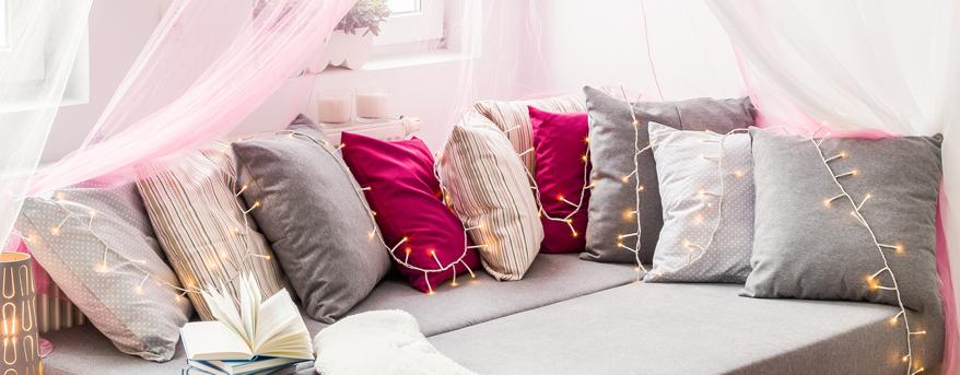 Kinderzimmer: Kissen in hellen Farben sind für die Kuschelecke ideal, denn sie verbreiten positive Stimmung
