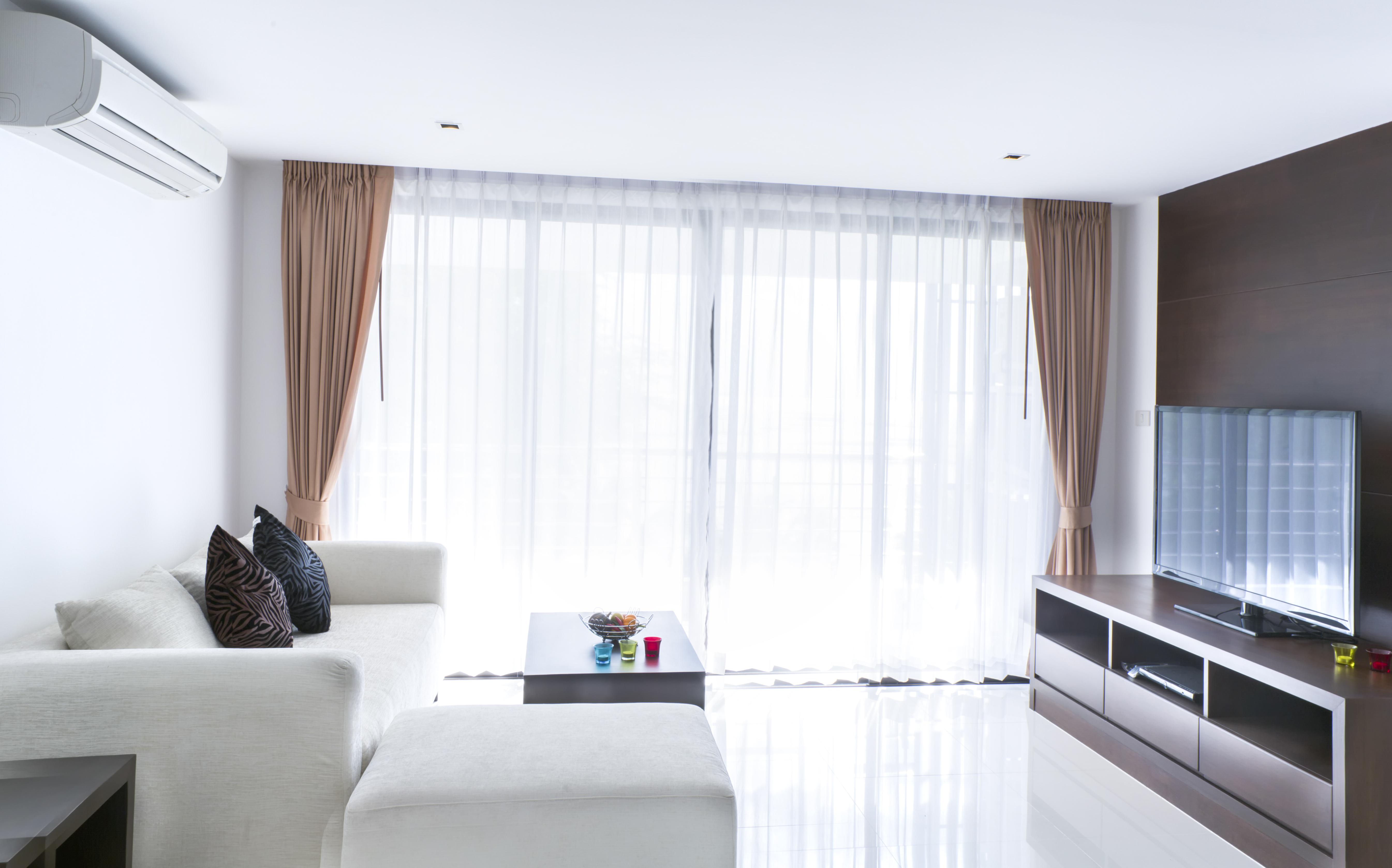 Helle, Halb Transparente Vorhänge Sorgen Für Genug Licht Im Wohnzimmer