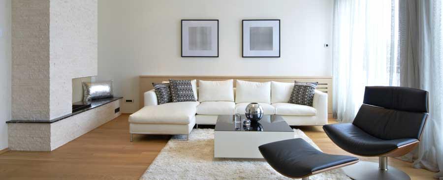 Wenige Möbel Wie Diese Eckcouch Und Den Relax Sessel Sowie Sparsame  Dekoration Machen Den Purismus