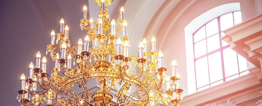 Ein Klassiker im Einrichtungsstil aus Gold ist der Kronleuchter aus Gold