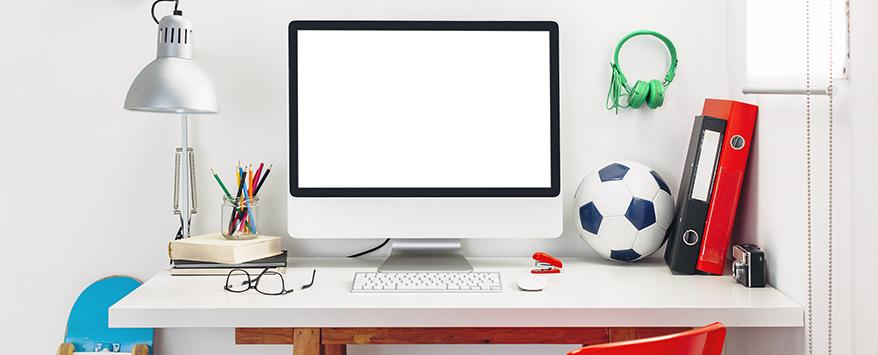 Platziert in der Nähe von Steckdosen für Lampen und Computer steht der Schreibtisch perfekt