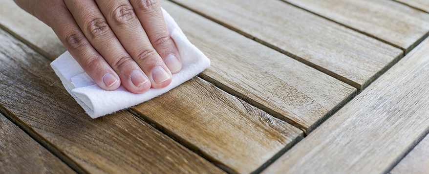 Verwenden Sie zur Reinigung ein feuchtes Tuch um Verfärbungen vorzubeugen