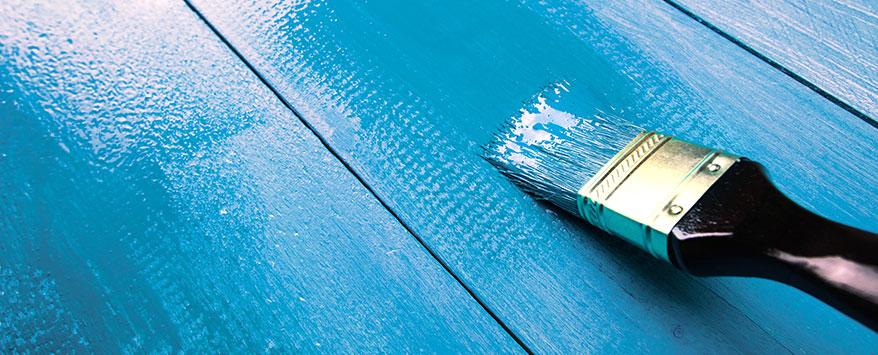 Da Kunstharzlacke gut verlaufen, werden Streifen vermieden und die Farbe kann sauber aufgetragen werden