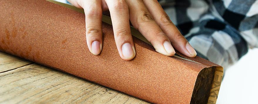 Schleifen Sie nach der Reinigung die Oberflächen des Schranks mit Schleifpapier ab