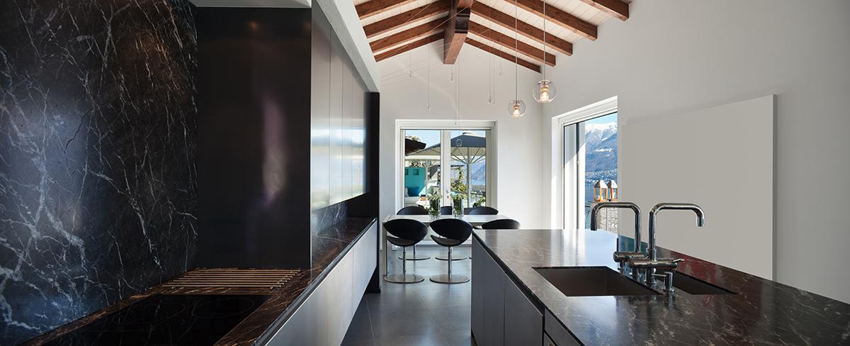 Helle Farben, dunkler Marmor und natürliches Massivholz - diese Kombination passt.